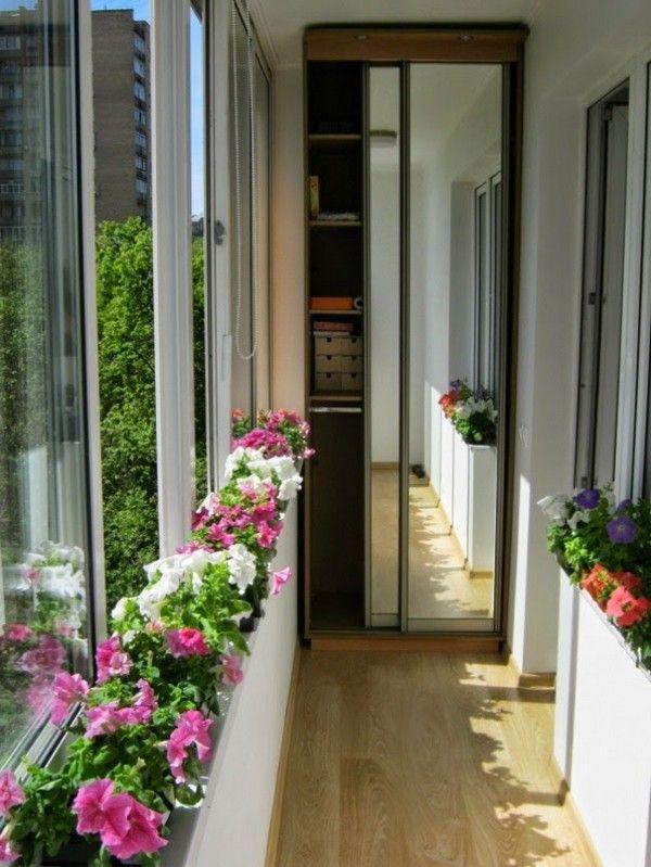 Невеликий затишний балкон фото