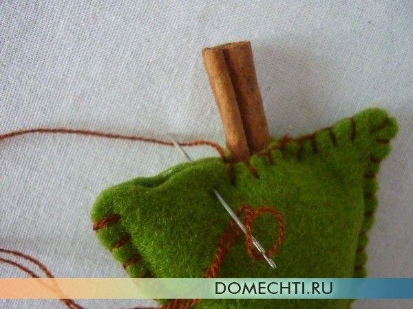 Ялинка з зеленого фетру з корицею