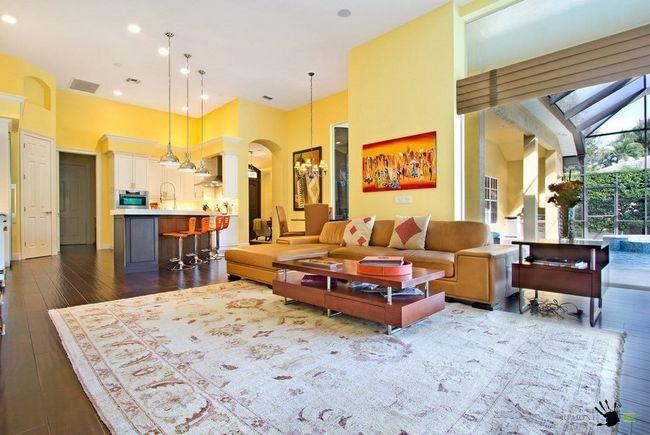Простора вітальня в жовтому кольорі