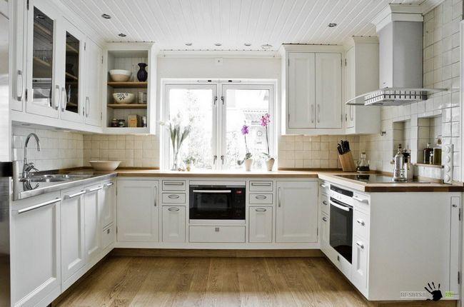 Поєднання простих меблів з розкішними елементами оформлення