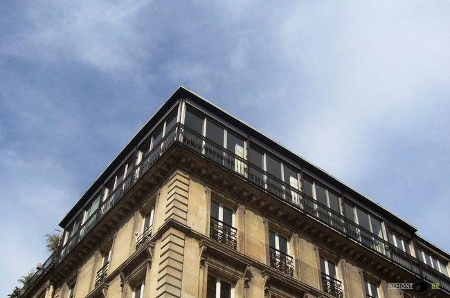 Квартира з панорамними вікнами на верхньому поверсі будівлі