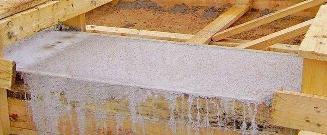 Опалубка, залита бетоном