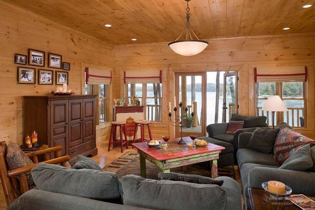 Мякі меблі прекрасно вписується в інтерєр деревяного будинку
