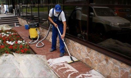 Фото - Чим і як можна відмити тротуарну плитку від цементу?