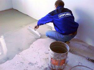 Після засихання грунтовки необхідно вилити на підлогу приготовлену суміш, одночасно вирівнюючи його.