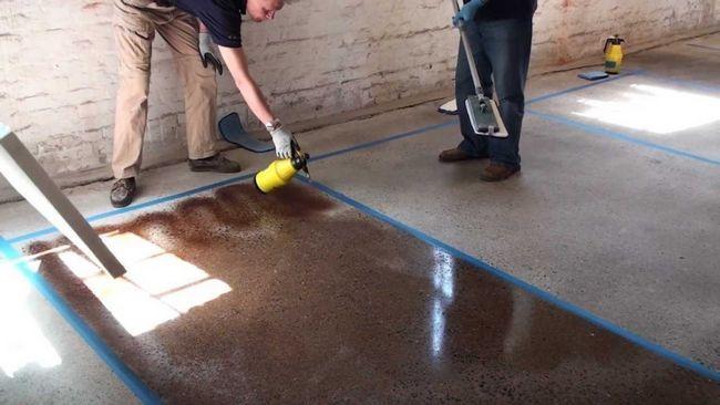 Бетонну підлогу можна фарбувати за допомогою валика, пензлика та розпилювача.