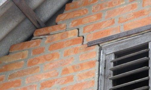 Тріщина в цегляній стіні