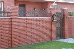 Будинок з цегляним парканом
