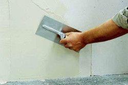 При реставрації стіни тріщини в цеглі заповнюються пофарбованої мастикою з використанням шпателя.