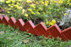 Для бордюру можна використовувати залишки цегли.