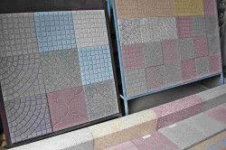 Для того, щоб доріжка виглядала вишукано і зі смаком, необхідно підібрати за кольором плитку і бордюр.