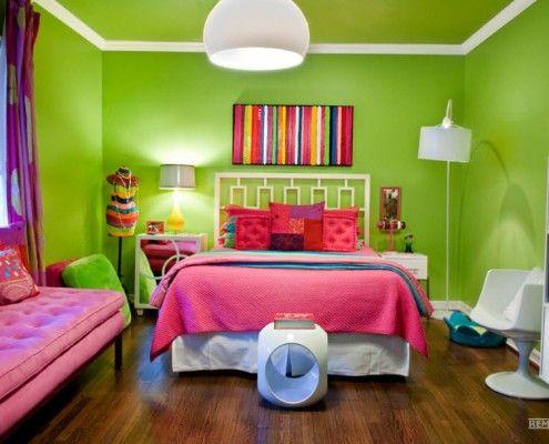 Рожеві подушки в дитячій