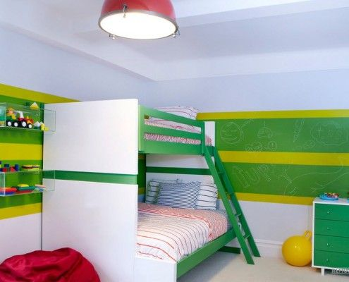 Двохярусне ліжко з драбиною в дитячій кімнаті