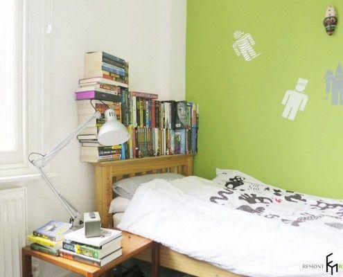 Книжкові полиці поруч з ліжком в дитячій