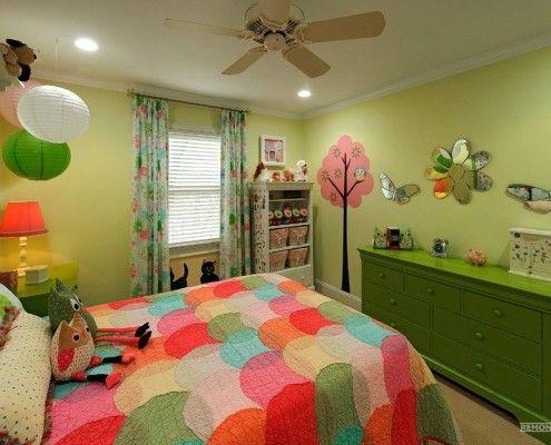 Різнобарвне ковдру в дитячій кімнаті