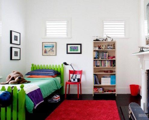Зелена ліжко і червоний килимок в дитячій