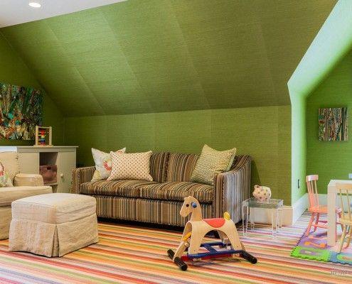Коричневий диван в дитячій кімнаті