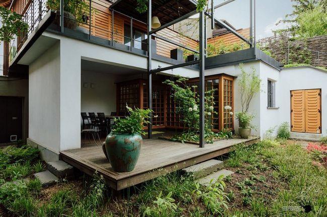 Деревяна тераса зі стилізованими під старовину горщиками