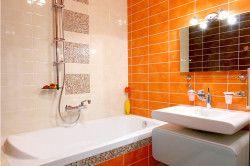 Дизайн ванної кімнати з яскравою стіною
