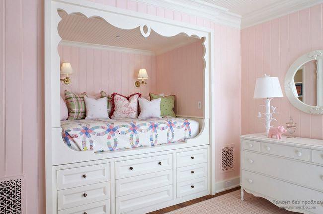 Блідо-рожевий в поєднанні з білим надає особцю ніжність інтерєру