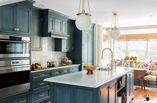 Правильно розставлені меблі допоможе виділити зону кухні