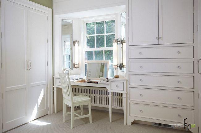 Білий туалетний столик під вікном