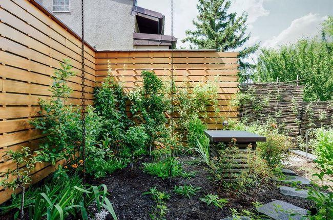 Комбінований паркан навколо двору