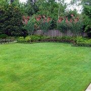 Садова галявина перед будинком