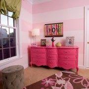 Яскраво-рожевий комод - акцент інтерєру