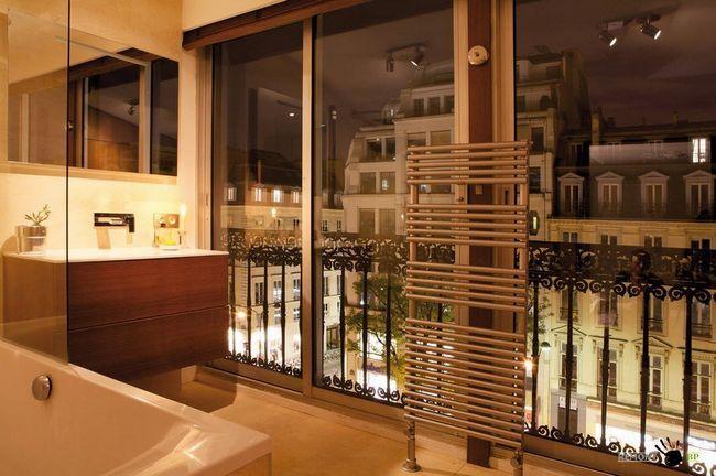 Інтерєр ванної кімнати з панорамними вікнами