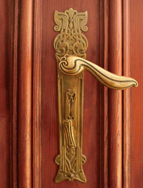 Вхідні дверні ручки фото