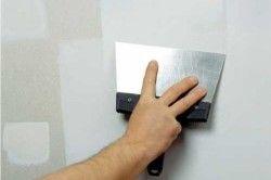 Вирівнювання стін перед монтажем стелі з гіпсокартону.