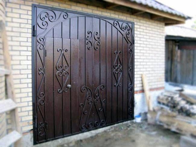Фото - Гаражні ворота з кованими елементами: набуваємо економно!