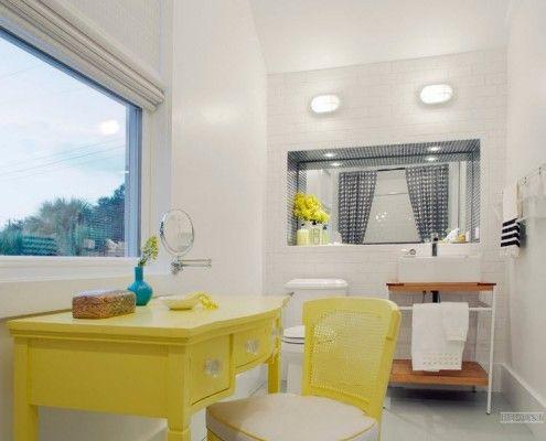 Жовтий туалетний столик під вікном у ванній