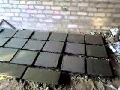 Тротуарна плитка, викладена для просушування.