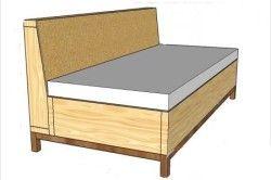 Деревяний диван з матрацом