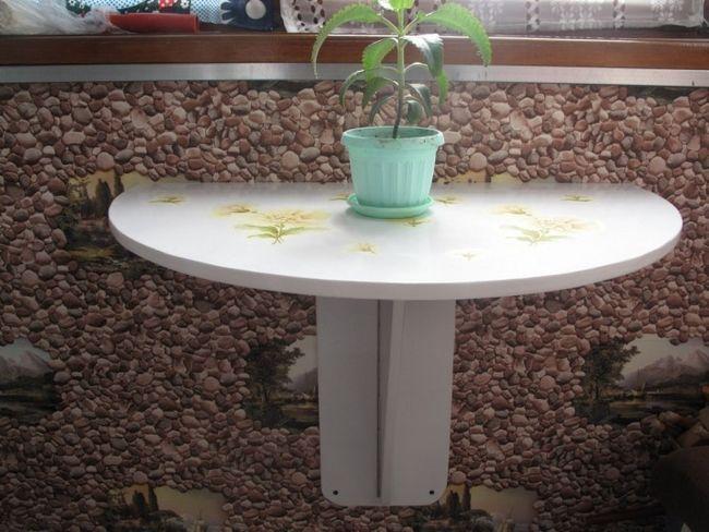 Складаний столик на балконі