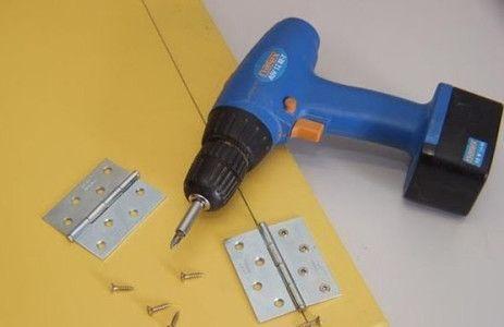 Прикріпимо смужку до кришки столу петлями.