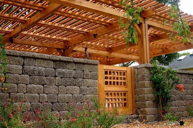 Камяний паркан з деревяною хвірткою