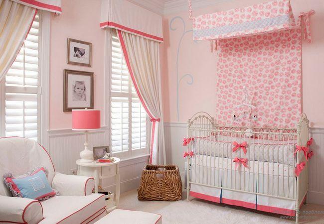 Біло-рожеві інтерєр дитячої кімнати