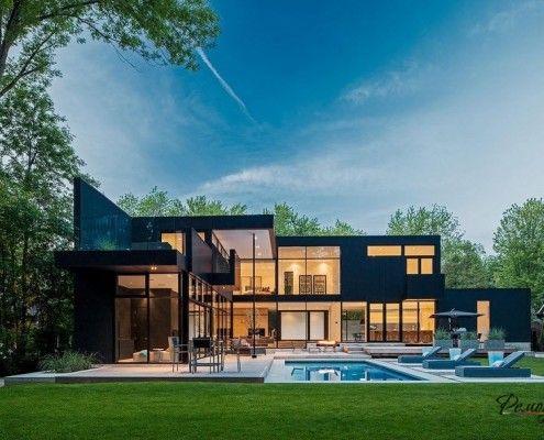 Великий будинок біля басейну