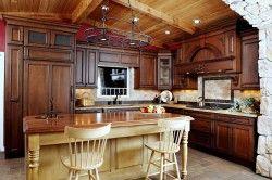 Кухня з меблями з темного дерева