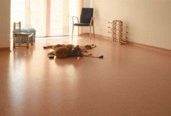 Фото - Як фіксувати лінолеум на підлогу з дощок?