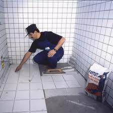 як класти плитку у ванній на підлогу