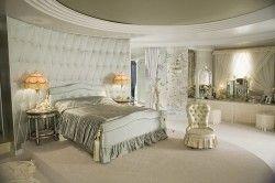 Інтерєр спальні в бежевому стилі: крісла, покривало, трюмо