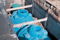 Щоб уникнути порушення нахилу каналізації і розгерметизації трубопровідних стиків, пластиковий септик необхідно забетонувати.