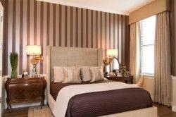 Текстильні шпалери в спальні