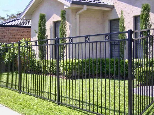 Фото - Як правильно побудувати металевий паркан?
