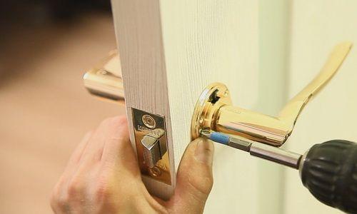 Фото - Як правильно встановити ручку на двері?