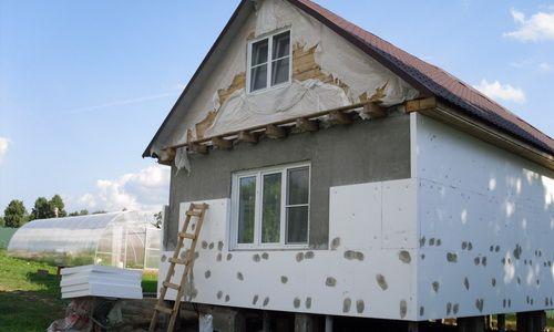 Утеплення пінопластом фасаду будинку.